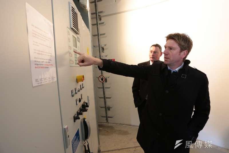 20170317-德國再生能源專題/翻轉吧!能源。夏爾社區銀行(Scharrel Raifeisenbank eG.)行長蓋得‧雷納(Guido Reiners)解釋風機。(顏麟宇攝)