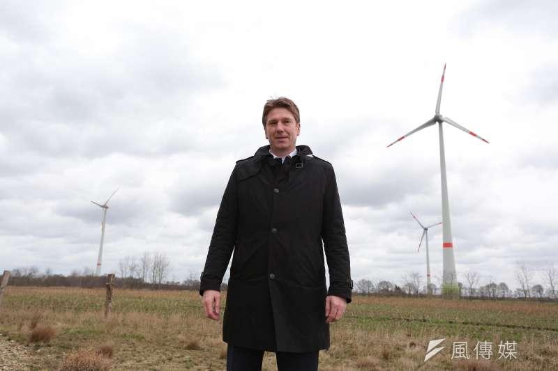20170317-德國再生能源專題/翻轉吧!能源。夏爾社區銀行(Scharrel Raifeisenbank eG.)行長蓋得‧雷納(Guido Reiners)與風機。(顏麟宇攝)