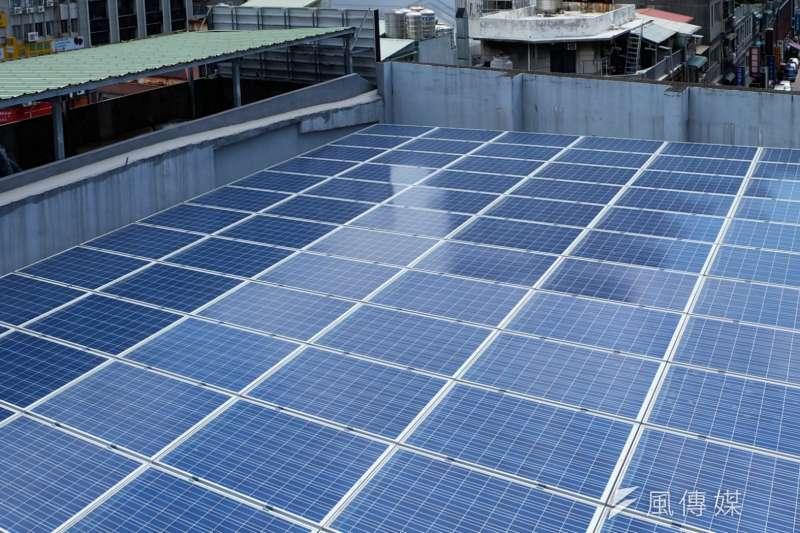 綠能屋頂方案從原先的補助設置費,又改回系統商出資、民眾出屋頂模式,並增加屋主租金比例。對此環團及業者批評,民眾、業者少了補助都會降低設置誘因,提高租金也不見得讓屋主願意大興土木。圖為太陽能板示意圖。(資料照,取自環境資訊中心網頁)