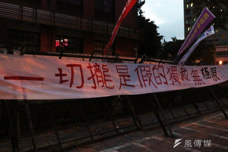 立法院30日完成年金改革相關法案修法,場外抗議年金改革的聲浪依舊。(資料照,蘇仲泓攝)