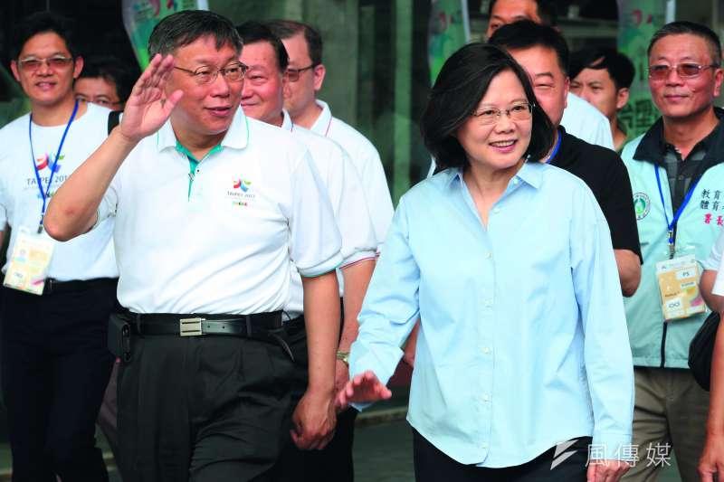 中國認為柯文哲(左)的「兩岸一家親」,背離蔡英文(右)的政策。(郭晉瑋攝)