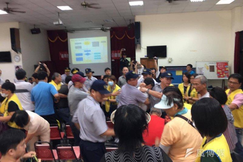 南鐵北區二公聽會,警察強抬被徵收者離開會議場。(陳致曉提供)