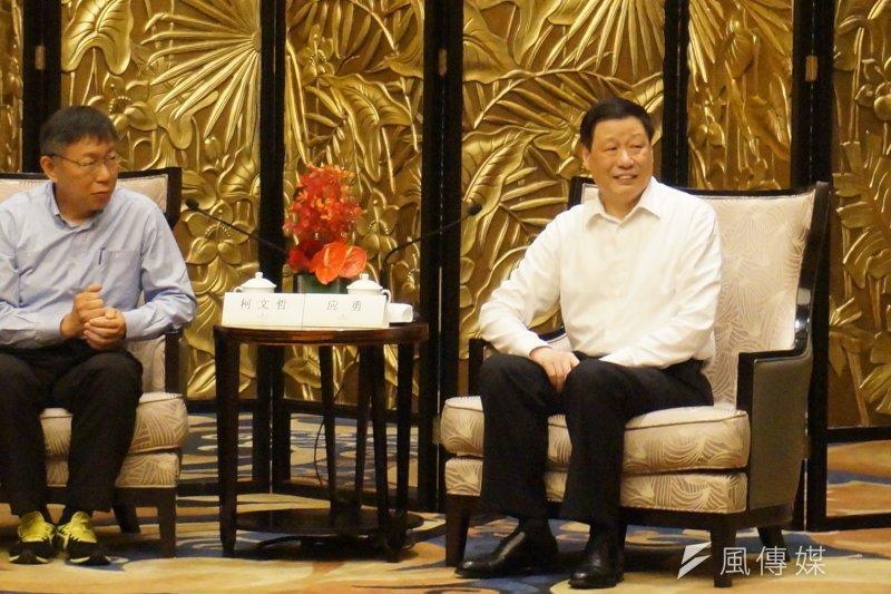 20170701-「台北─上海雙城論壇」,上海市長應勇致贈台北「金玉滿堂」的銀白玉蘭擺飾,白玉蘭為上海市的市花,台北市長柯文哲則贈送上海關於2017年世界大學運動會的禮物。(王彥喬攝)