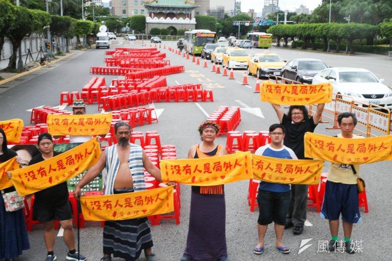 位於凱道抗爭的原民團體2日舉辦「凱道沒有派對」記者會,並置放無人坐的椅子排成「沒有人是局外人」的字形。(陳明仁攝)