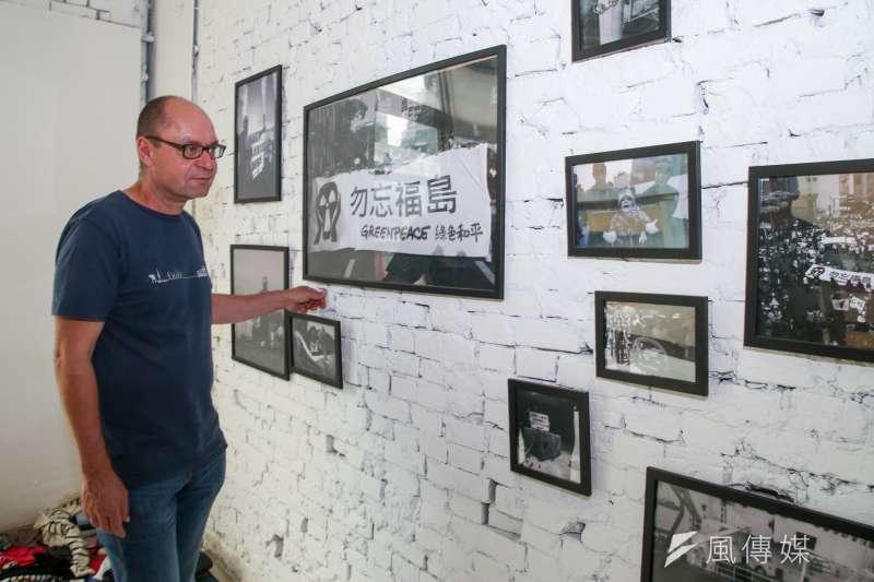 20170704-綠色和平能源合作社(Greenpeace Energy)政策溝通長Marcel Keiffenheim 專訪。他端詳日本福島核災後相關照片。(陳明仁攝)