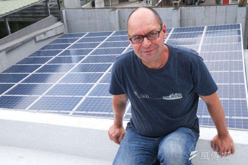 綠色能源合作社政策溝通長馬賽爾以自家的電費帳單推估,每年只要多付100歐元(新台幣3435元)的電費,就能站在第一線推動能源轉型。(陳明仁攝)