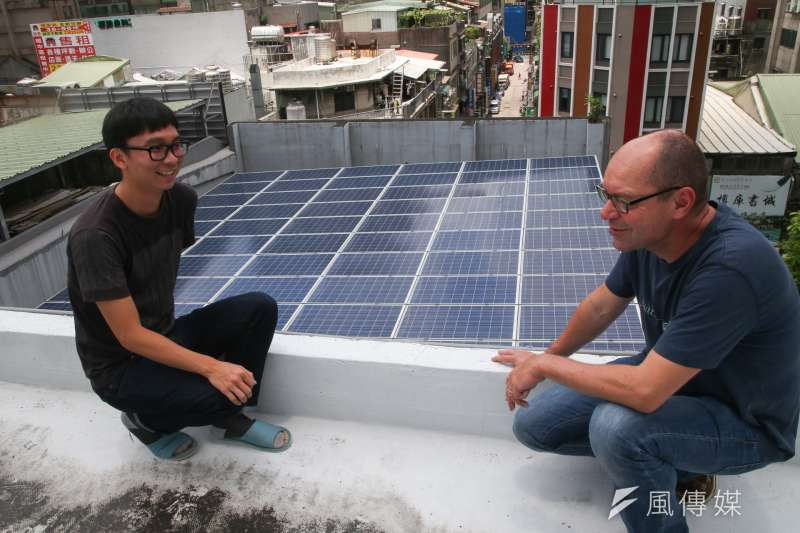 綠色和平能源合作社(Greenpeace Energy)政策溝通長Marcel Keiffenheim 談台北市基地頂樓的太陽能板。(陳明仁攝)