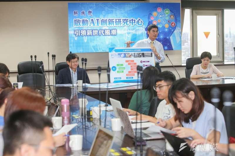20170706-科技部長陳良基主持「科技部啟動AI創新研究中心-打造創新環境,廣徵國內外好手」記者會。左為科技部次長許有進,右是科技部前膽司司長楊琇雅。(陳明仁攝)