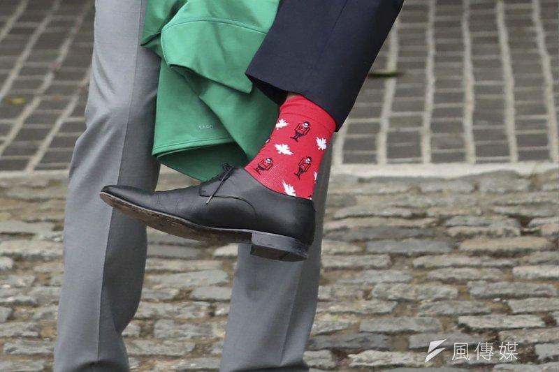 加拿大總理杜魯道日前訪問愛爾蘭,拜會新上任的瓦拉德卡總理,兩位帥哥比拚的卻是「襪子」(AP)