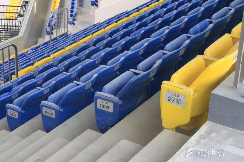 台北和平場館將作為世大運籃球場館,15日將率先舉行瓊斯盃,不過場館中的觀眾座席上可以看得出來上面布上一層灰塵。(方炳超攝)