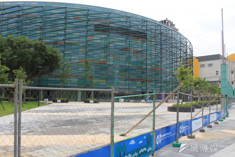 台北和平場館將作為世大運籃球場館,15日將率先舉行瓊斯盃,但現在場館外卻仍看得見圍籬圍繞。(方炳超攝)