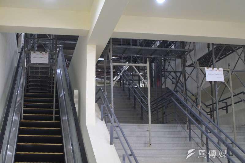 台北和平場館將作為世大運籃球場館,15日將率先舉行瓊斯盃,樓梯電扶梯仍有鷹架放置。(方炳超攝)