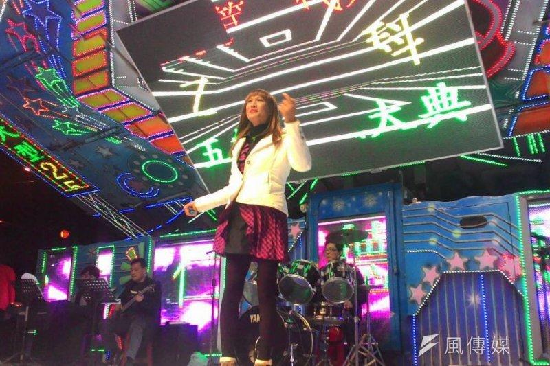 台灣首位變性歌手唐飛(本名吳俊華)因腹膜炎病情惡化,於10日上午9時52分於家中拔管離世,享年48歲。(資料照,取自唐飛臉書)