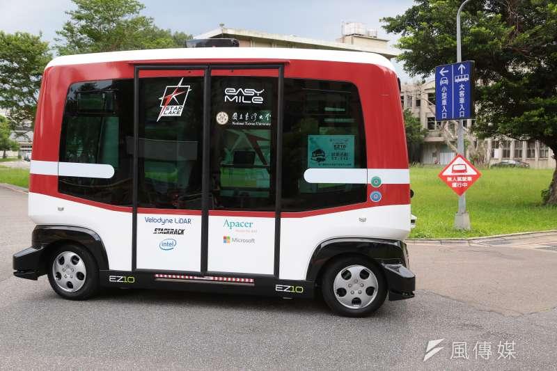 行政院宣布國內燃油汽機車停止生產銷售時程,未來將成為電動車的天下。圖為無人駕駛電動車EZ10在台大水源校區進行試營運。(顏麟宇攝)