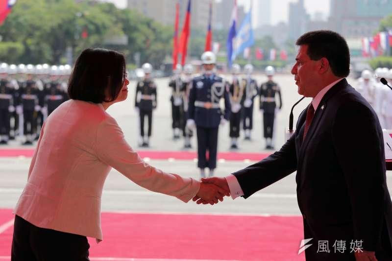 總統蔡英文(左)主持「軍禮歡迎巴拉圭共和國卡提斯總統(右)儀式」。蔡英文表示,即日起中華民國對巴拉圭實施同樣免簽證待遇。(總統府提供)