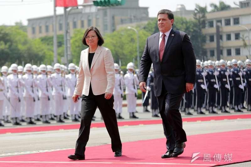 20170712-總統蔡英文(左)主持「軍禮歡迎巴拉圭共和國卡提斯總統(右)儀式」。(總統府提供)