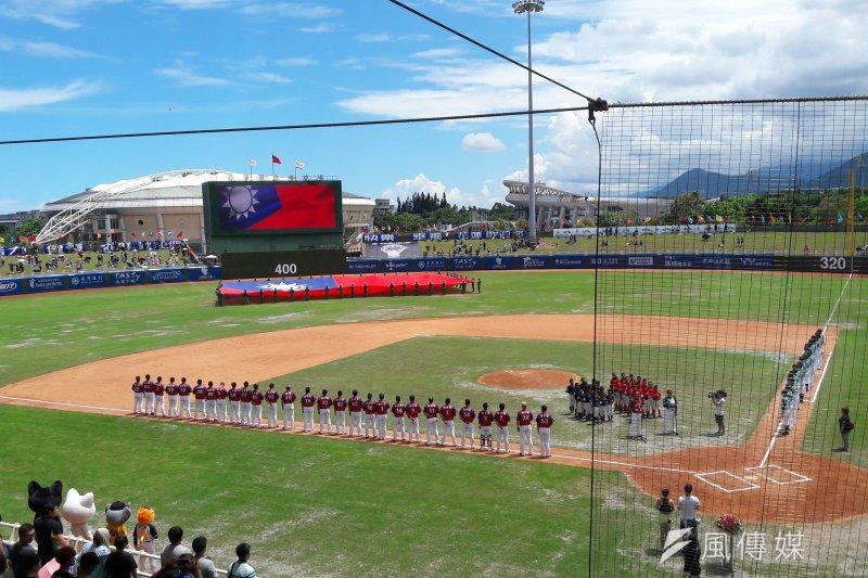 花蓮球場擁有全台最美球場之稱,鄰近美崙溪、中央山脈,放眼盡收自然美景(圖 / 林菲攝)