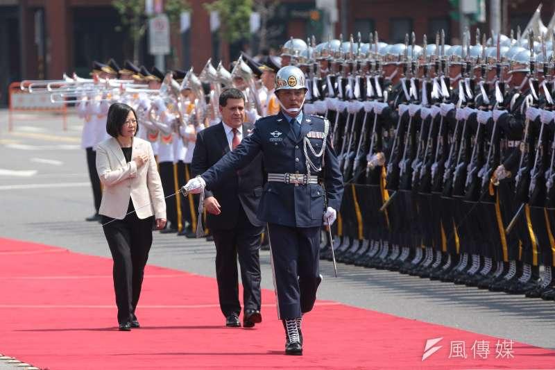 2017年7月12日,總統蔡英文於府前廣場以軍禮迎接巴拉圭共和國總統卡提斯閣下。(顏麟宇攝)