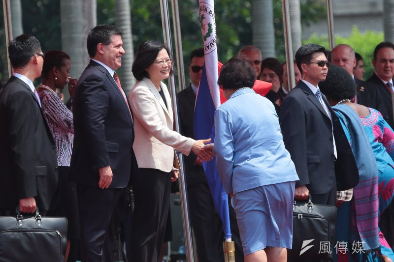 20170712-總統蔡英文12日於府前廣場以軍禮迎接巴拉圭共和國總統卡提斯閣下,並與各國大使握手。(顏麟宇攝)