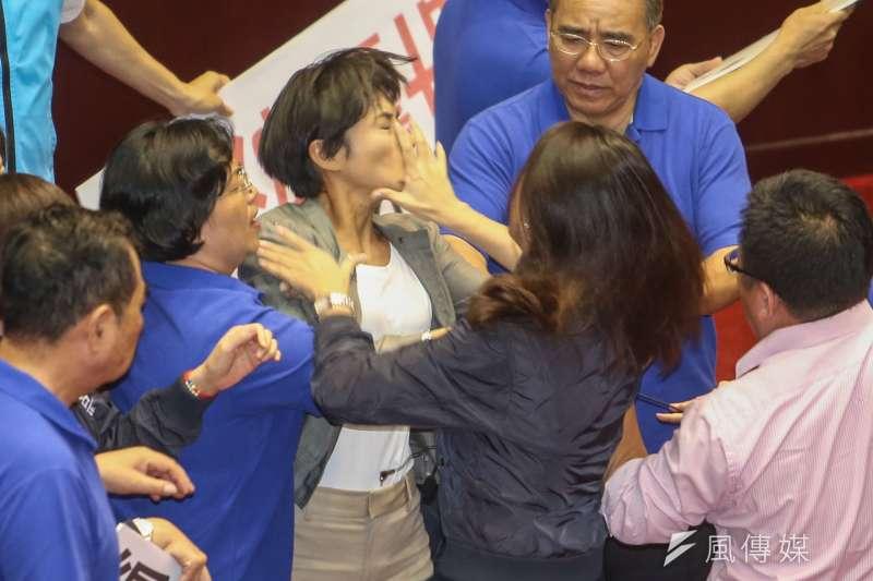 民進黨立委邱議瑩(中)與國民黨立委許淑華(背對者)發生肢體衝突,邱議瑩被打了一掌。(陳明仁攝)