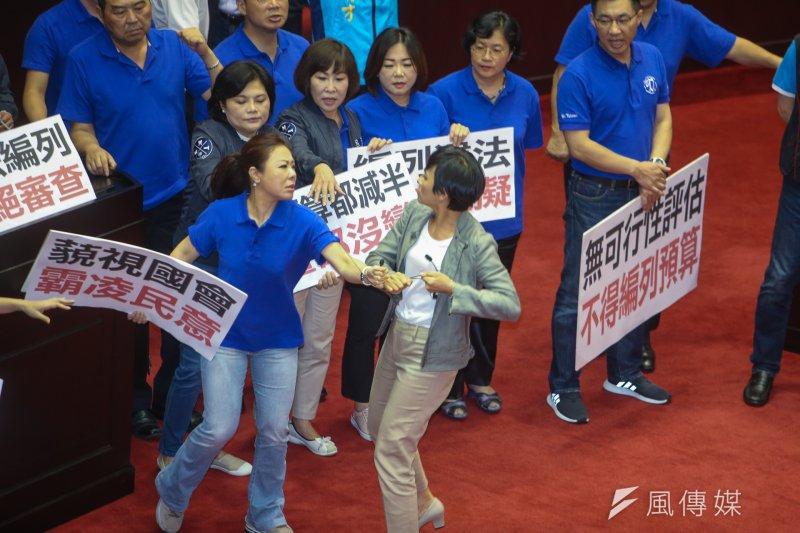 20170713-民進黨立委邱議瑩(右)與國民黨立委李彥秀(左)。(陳明仁攝)