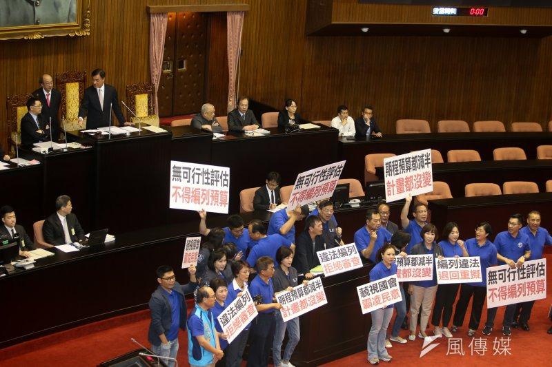 20170713-書記長林為洲自備麥克風率藍委佔領議場發言台。(陳明仁攝)