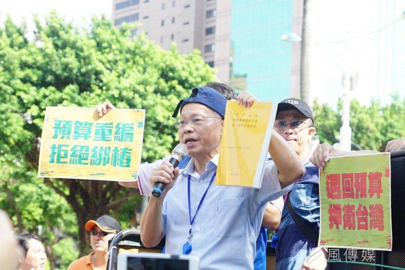 國民黨代理主席林政則現場聲援「反前瞻、堵林全」路過行動,並表示民進黨根本是愛錢不愛民,搶走軍公教警應得的錢。(盧逸峰攝)