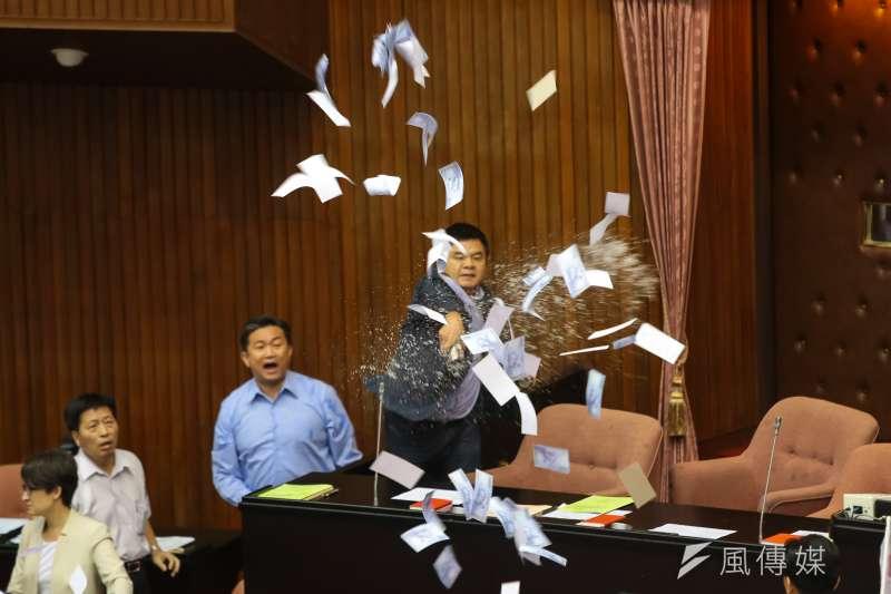 20170714-民進黨立委莊瑞雄14日於立院進行前瞻計畫預算報告時,與國民黨委員相互潑水。(顏麟宇攝)
