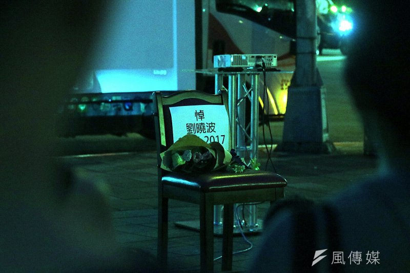 華人民主書(14)日於台北自由廣場發起「劉曉波追思會」紀念活動,在活動現場擺放一張空椅子,象徵曾在諾貝爾和平獎缺席的劉曉波,永遠無法再出席。尤美女。(蘇仲泓攝)