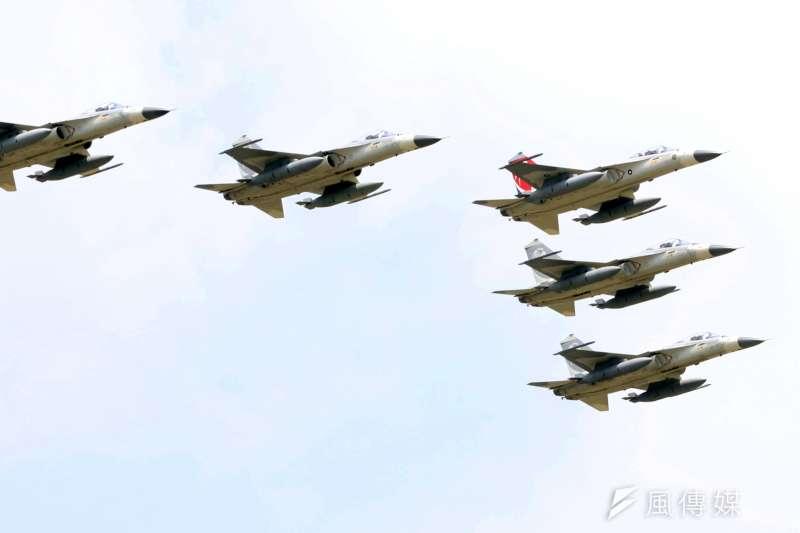 在政府國防自主的政策下,空軍未來在打擊敵方雷達的防空制壓任務上,將從過去規劃由F-16戰機負責,改由IDF經國號戰機擔綱。(資料照,蘇仲泓攝)