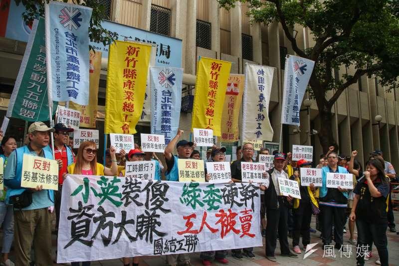 20170717-勞動部106年勞動政策首場公聽會,工會團體等勞工在會場呼口號表達訴求。(陳明仁攝)