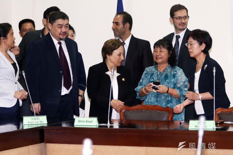 立法院跨黨派國際人權促進會,17日下午舉行無國界記者組織榮譽董事諾貝爾和平獎得主Shirin Ebadi來台交流茶會,Shirin Ebadi(中)會前與幾位立法委員互動。(蘇仲泓攝)