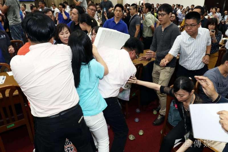 20170719-國民黨助理和民進黨立委陳瑩(左二)起衝突。(蘇仲泓攝)