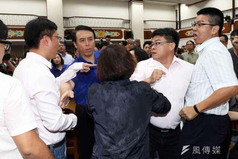 20170719-國民黨助理和民進黨立委張宏陸(左二)起衝突。(蘇仲泓攝)