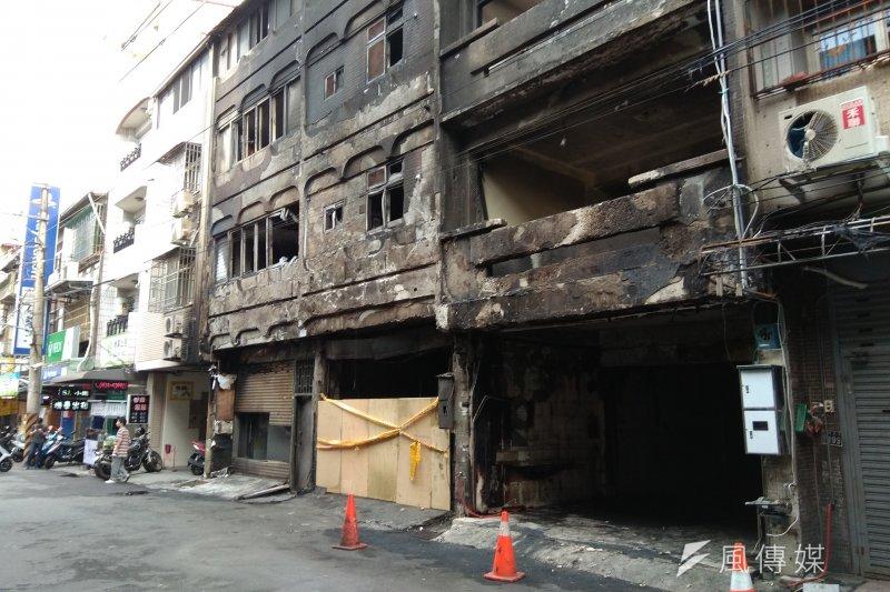 20170720-台中逢甲商圈7月18日發生氣爆,釀成1死15傷災害,氣爆現場一片焦黑,窗戶玻璃全部震碎兩旁房舍也受波及。(沈超群攝)