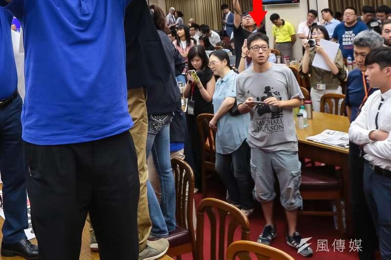 立法院19日審查前瞻基礎建設預算時發生藍綠爭執,爆發「水球大戰」,連來採訪的媒體實習生(中著灰衣者)也拿水球攻擊立委,民進黨團嚴厲譴責。(顏麟宇攝)
