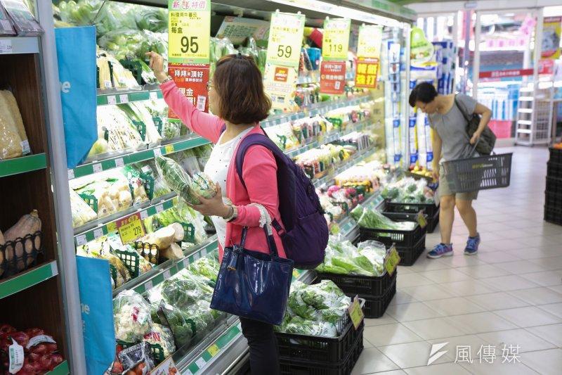 20170728-颱風尼莎來襲,28日午後已出現民眾至超市採購蔬果。(顏麟宇攝)