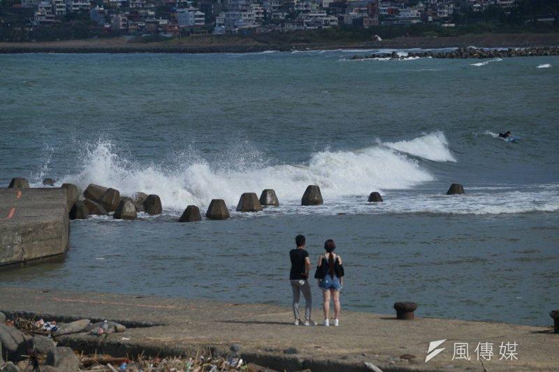 尼莎颱風剛走,輕颱海棠隨即將於30日傍晚登陸。圖為北海岸金山地區下午出現大浪。(盧逸峰攝)