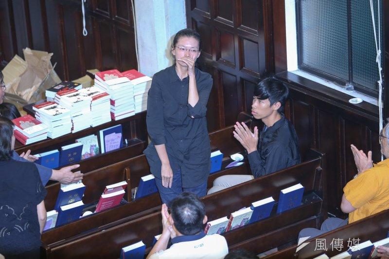 劉曉波先生追思紀念會,李明哲的妻子李凈瑜到場,並向其他來賓致意。(陳明仁攝)