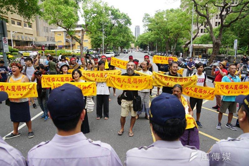 原民團體1日號召30餘人到全國原民行政會議抗議,高舉「沒有人事局外人」的毛巾,大喊「傳統領域要完整」。(盧逸峰攝)