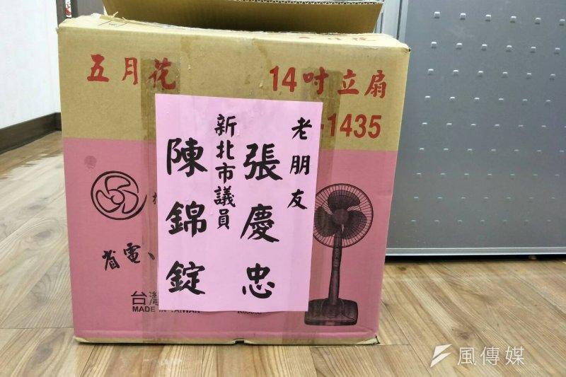 前國民黨立委張慶忠2日前往立法院,贈送各藍委辦公室一台電風扇,並署名「老朋友」。(周怡孜攝)