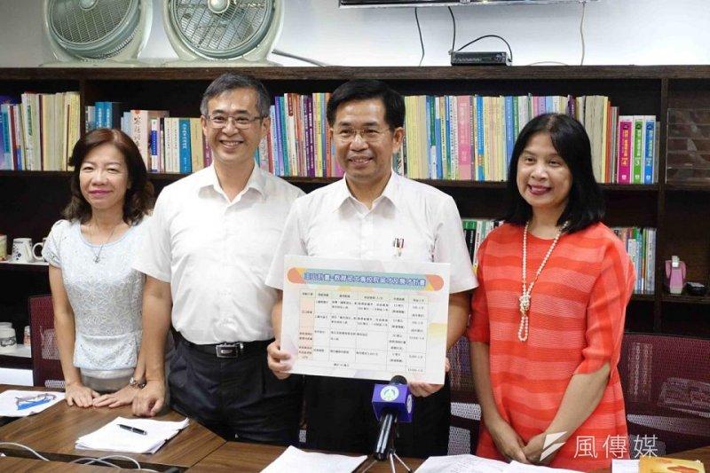 教育部長潘文忠(右二)2日宣布,將推動「玉山計畫」延攬國內外頂尖人才,提高我國高教競爭力及國際能見度。(資料照,蔡富丞攝)