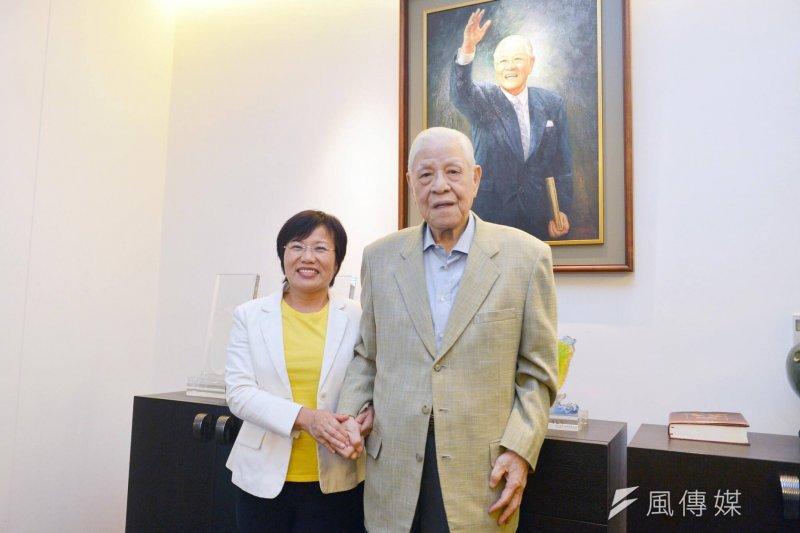 高雄市長陳菊拉抬子弟兵,於2日帶民進黨立委劉世芳(左)拜訪前總統李登輝(右)。(取自劉世芳臉書)