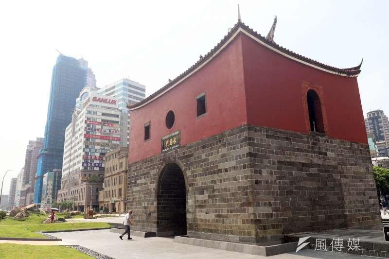 台北市長柯文哲出席「北門重現 風華再起」北門廣場啟用典禮,北門與後方現代化的建築物形成對比。(蘇仲泓攝)