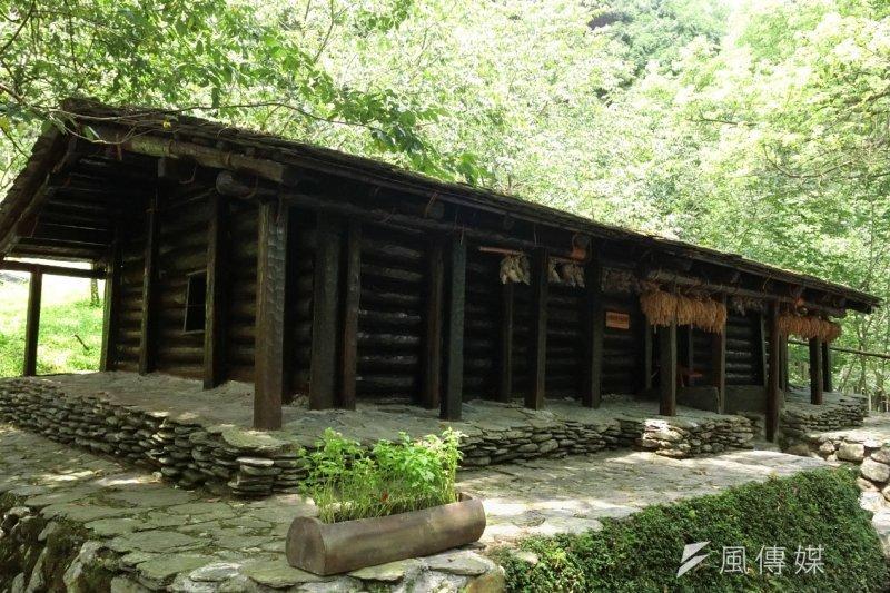 九族文化村中的「原住民區」是園區內的重要特色主題區,吸引許多民眾(圖/王秀禾攝)