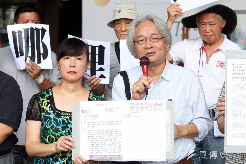 20170804-前中山國中音樂老師蕭曉玲上午在台北市政府外,召開「撤銷公文到底在哪裡?」記者會。作家馮光遠(右)到場聲援。(蘇仲泓攝)