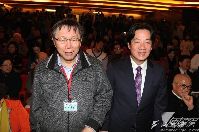 為了選舉,台北市長柯文哲和台南市長賴清德最近新聞都很熱,作者認為他們一個是「自我炒作」,一個是「被炒作」。圖為柯文哲為賴清德《看見未來》出書站台。(資料照/楊子磊攝)