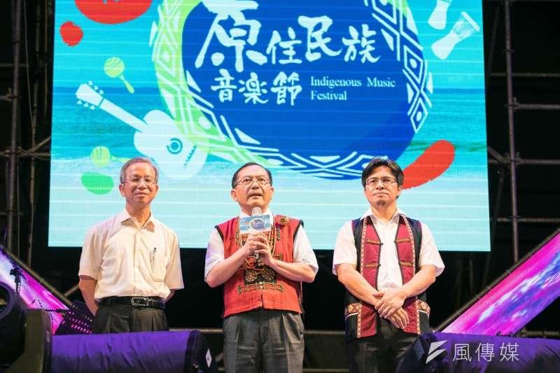 原民會副主委鍾興華(中)說,原民會預算年增4、5億元,目前全國152位族語推廣人員、族語教師薪資均有增加。(資料照,龔傑森攝)