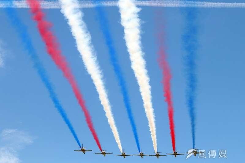 20170807-空軍官校本週六將舉行營區開放活動,今天上午時施全兵力預校。圖為擔任特技飛行表演的空軍雷虎小組。(蘇仲泓攝)