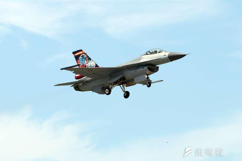 20170807-空軍官校本週六將舉行營區開放活動,今天上午時施全兵力預校。圖為擔任單機性能展示的F-16戰機。(蘇仲泓攝)